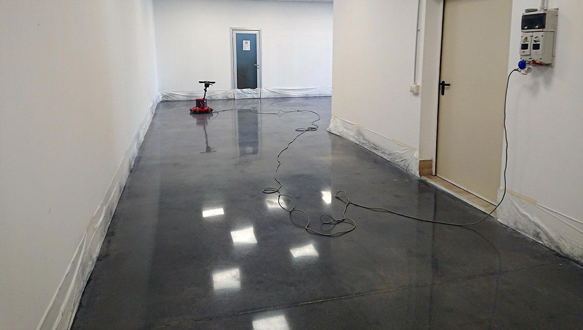 pavimento in cemento levigato e lucidato